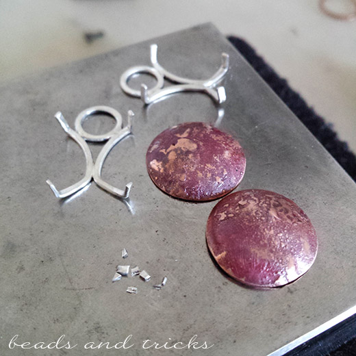 Incastonatura a griffe in argento per orecchini
