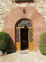 La porta adovellada i amb la data de 1635