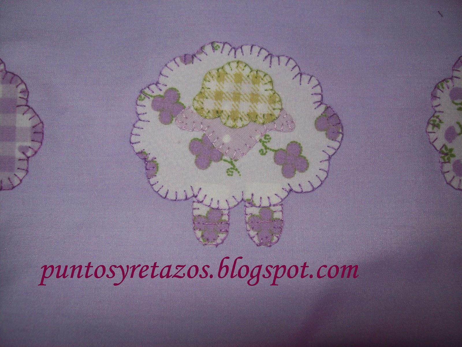 los tonos de lavanda combinan con el estampado de la sábana que tiene