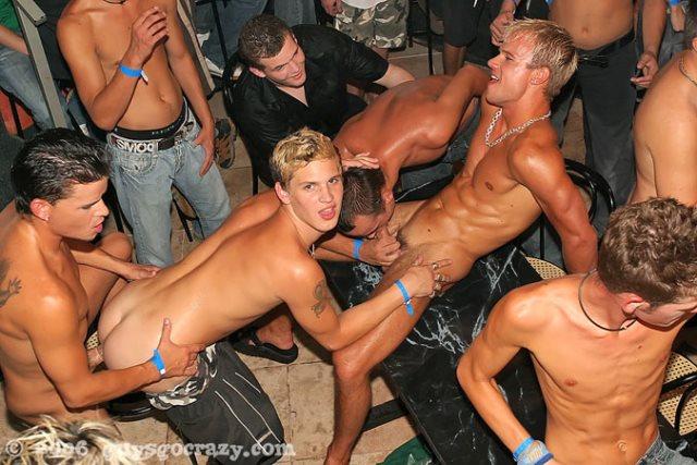 Foto de suruba gay com vários homens pelados fazendo sexo.