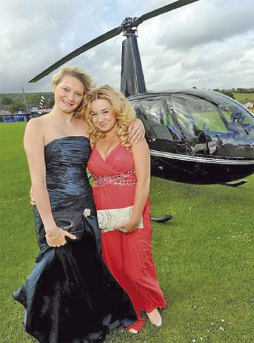 Chloe (kiri) dan Lauren tiba di majlis anjuran sekolah mereka dengan penuh gaya.