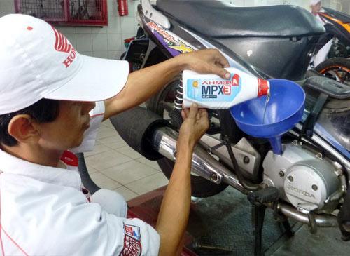 Untuk motor bebek dan sport lawasnya . . Astra Honda Motor merilis AHM Oil MPX3 20W-40