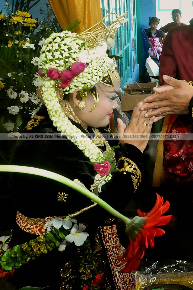 Resepsi Pernikahan : KATUN & FAJAR - 16 April 2014, Rias Pengantin & Busana oleh : Dinda Rias Pengantin - Photo oleh : Klikmg.com Photography - Photographer Banyumas / Photographer Purwokerto