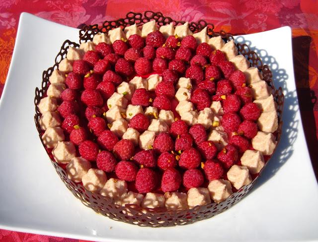 Dessert bavarois framboise pistache avec déco en chocolat noir