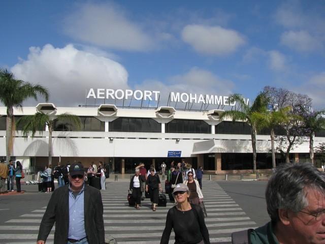 Η μέση διάρκεια των πτήσεων από το αεροδρόμιο της Αθήνας προς το αεροδρόμιο του Καζαμπλάνκα είναι περίπου 4 ώρες.