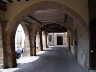 Arcades amb arcs ogivals gòtics del cantó dret de l'antic mercadal