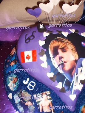 la tarta de justin bieber ha de tener sus gafas, su gorra y su bandera