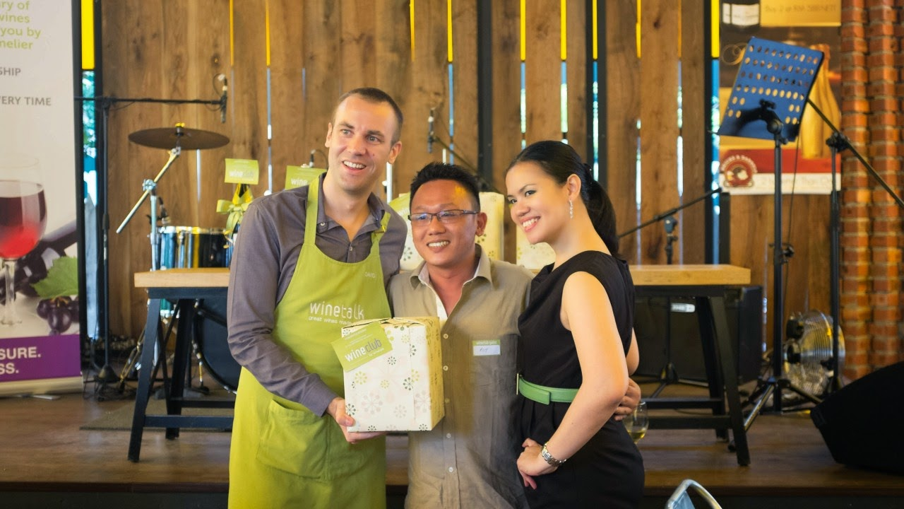 wine_club_tasting_event_lucky_draw_prize_winner_with_david
