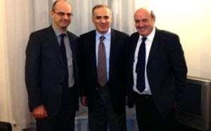Jean-Michel Blanquer, Garry Kasparov et Léo Battesti © FFE