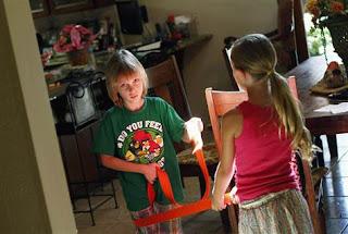 Joshua Lott / Reuters - Jack Balter joga cabo-de-guerra com a irmã Brianna em sua casa em Scottsdale, Arizona, em 17 de maio.