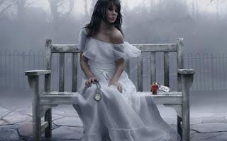صورة بنت حزينة بفستان ابيض