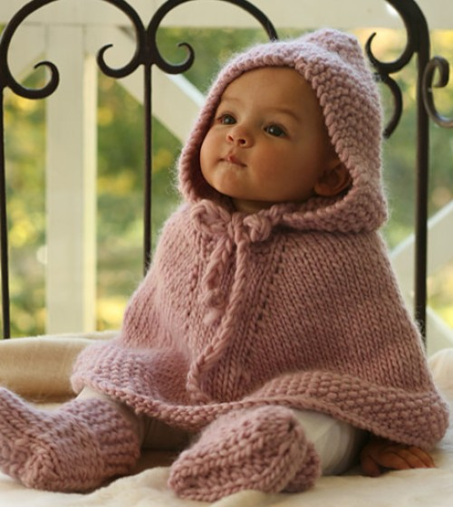 Knitted poncho with hood and booties - Free pattern