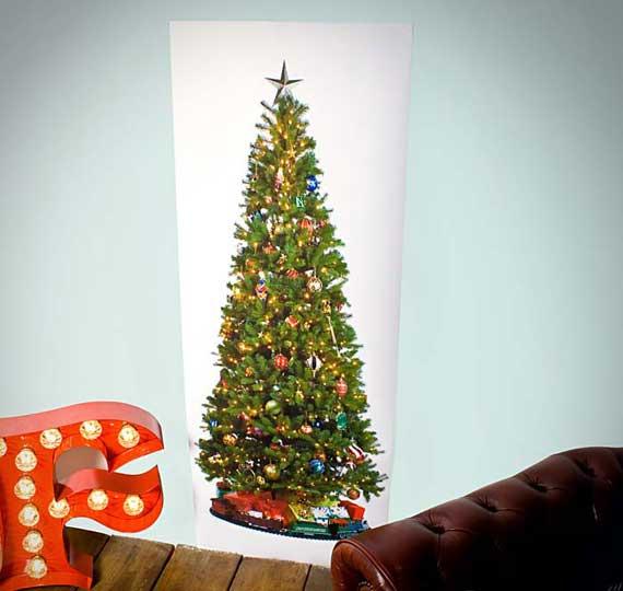 повесить на стену плакат с фото елки.
