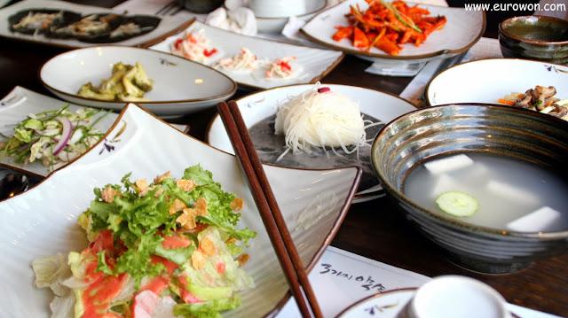 Comiendo en el barrio Hongdae de Seúl