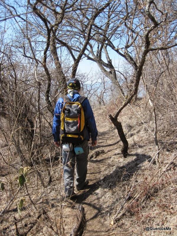 """QuercusMx con su mochila llena de basura que encontró en el camino y además dos pocillos para calentar agua encontrados en """"La Roca"""" en el sendero de los camoteros"""