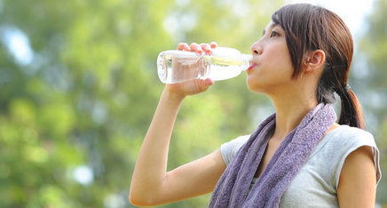 Gambar Meminum Air Putih Agar Sehat