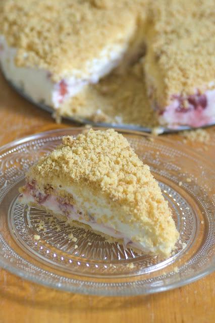 עוגת גבינה פירורים עם תותים ושוקולד לבן