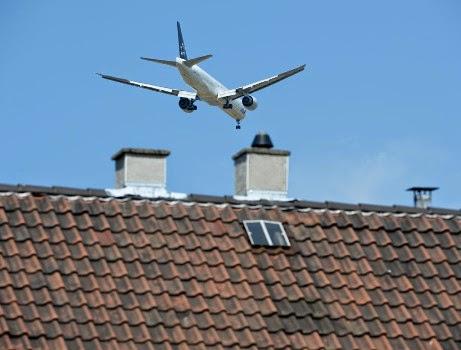 Αεροπλάνο πάνω από σπίτι