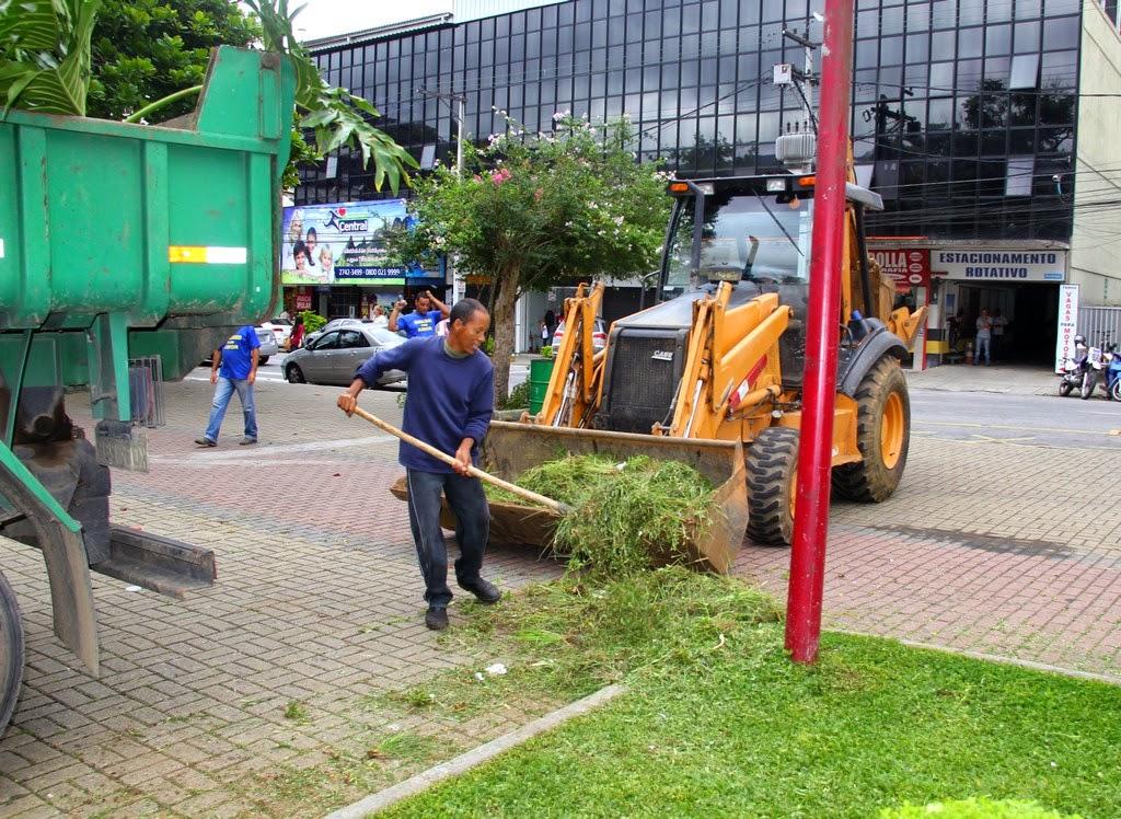 Trabalhadores municipais fazem poda, aparam a grama, capinam entre o calçamento e retiram todo o lixo da Praça da Matriz de Santa Teresa