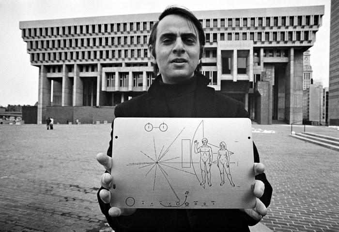 Carl Sagan mostrando el diseño de la placa del Voyager