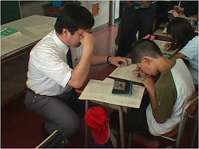 Guru Matematika Jepang sedang Membimbing Siswa Menyelesaikan Persoalan Matematika