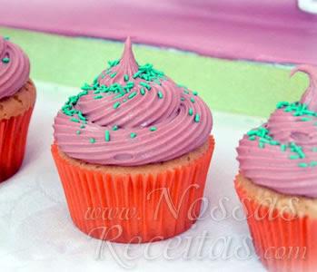 receita de delicioso cupcake com recheio e cobertura de morango