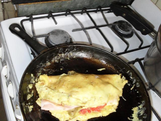 Omelette relleno de jamon, queso, tomates y aceitunas - foto
