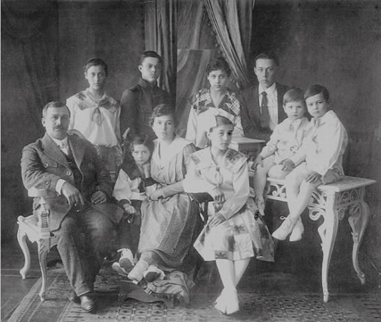 La familia de María en su Rusia natal, ella es la que sujeta su madre también llamada María.