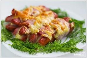 Колбаски с сыром и беконом, запечённые на углях, и домашний томатный соус