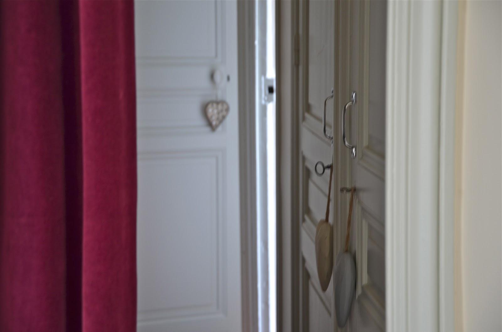 Ephemere my home on a fait tourner les meubles de ma chambre afin d - Rideaux velours ikea ...