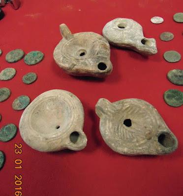 Λυχνάρια και αρχαία νομίσματα στα χέρια αρχαιοκάπηλων