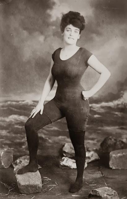 Аннетт Келлермен выступающая за права женщин носить цельный купальник 1907 г. Она была арестована за непристойность.