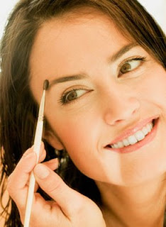 Como corrigir as sobrancelhas em casa?