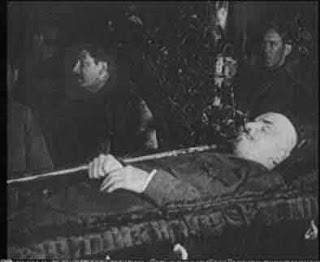 """""""Sí, camaradas, yo soy rudo... con quienes destruyen y dividen el Partido"""": Stalin sobre el """"testamento"""" de Lenin - publicado en febrero de 2013 en Crítica Marxista-Leninista - link de descarga de """"La oposición trotskista, antes y ahora"""", de Stalin - 1927 Funeral+de+Lenin+-+Stalin+haciendo+guardia+-+1924"""