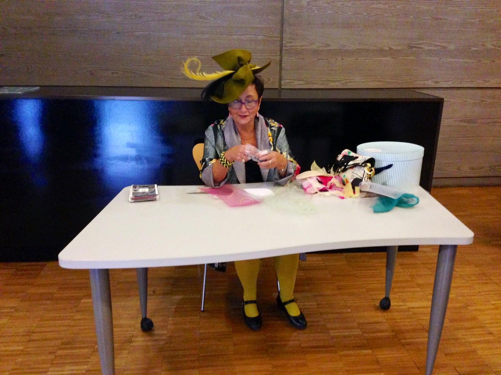 Charo Agruña preparándose para el taller que impartió en el Museo del Traje