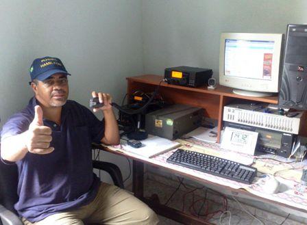 PU4HPC Hamilton em sua estação com seu IC-718