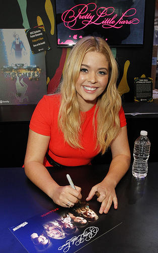 Sasha Pieterse (Alison on PLL) signing autographs at New York Comic Con