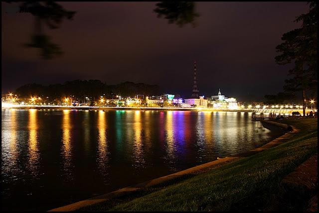 Nuit sur le lac Xuan Huong (Da Lat)