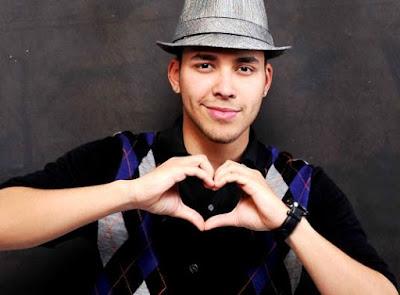 Prince Royce haciendo corazón con la mano