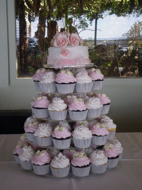 Cakes we find the following two delicate light pink and white wedding