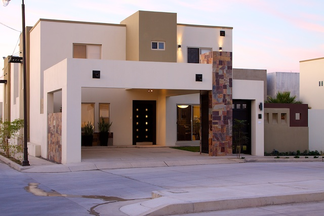 Fachadas de casas modernas lujosa fachada contempor nea y for Fachada de casas modernas con porton