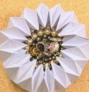 http://craftingeek.me/2015/01/manualidades-de-papel-joyero-de-origami/