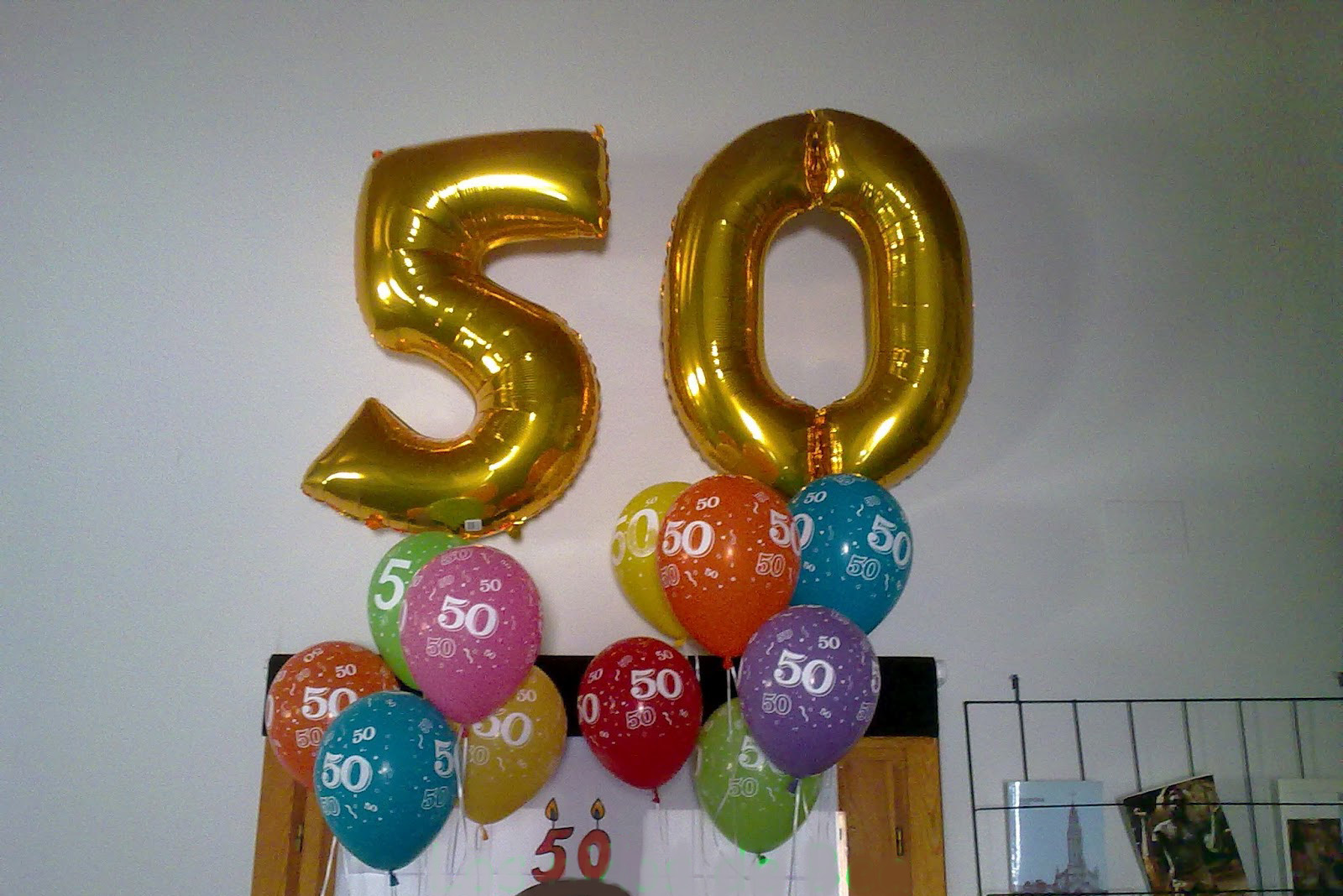 Decoraci n fiesta 50 a os for Decoracion con globos 50 anos