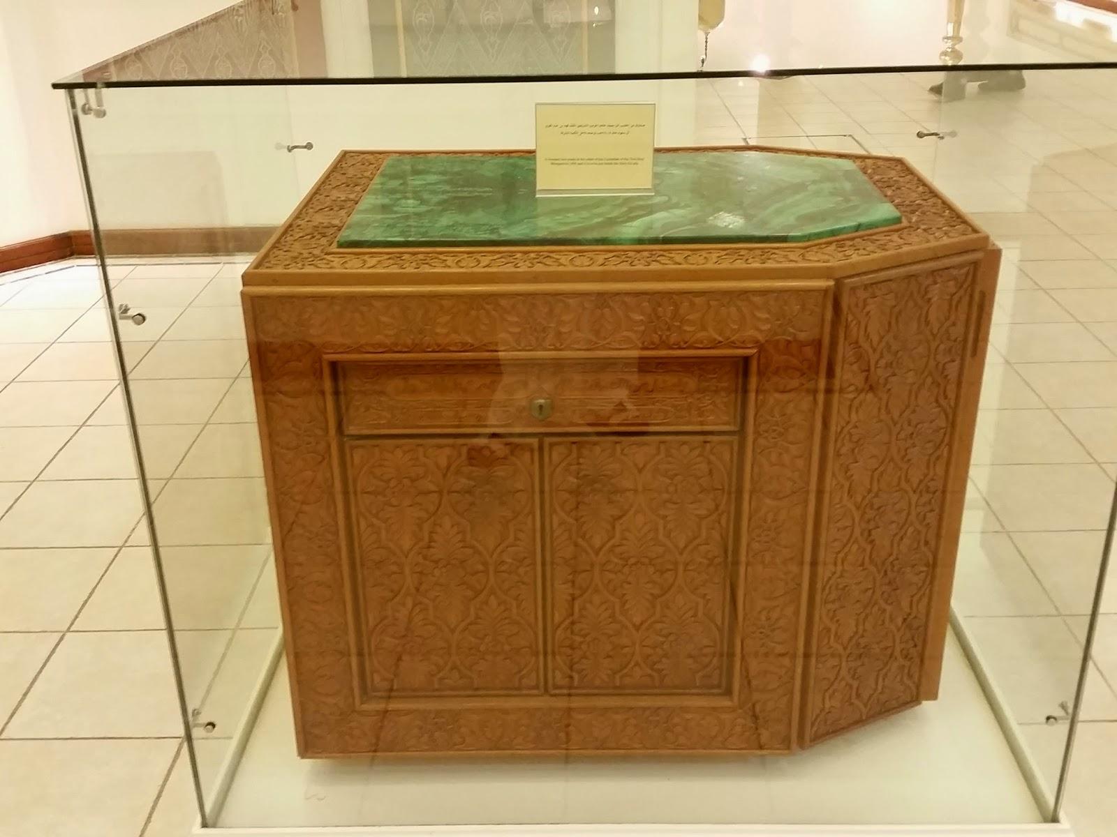 ����� ���� ������ �������.. ���� صورة الصندوق الخشبي الذي أمر به الملك فهد بن عبدالعزيز للكعبة المشرفة .jpg