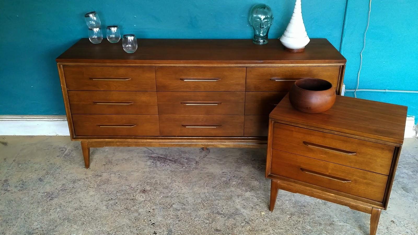 Vintage ground mid century bedroom set nine drawer for Mid century bedroom furniture