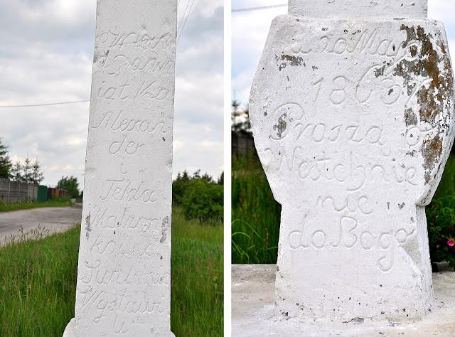Rogów, ul. Gwardii Ludowej. Kamienny krzyż z 1863 r. - napisy. Foto. KW.