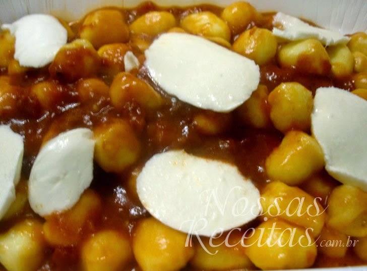 receita de nhoque preparado com batata e servido com muçarela e molho de tomate Pomodoro