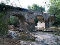 El cantó de ponent del Pont de Targarona vist des de la riba dreta del Ges