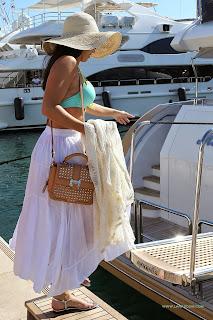 الممثلة الكندية جيسيكا لاوندز تلبس بكيني من الأعلى في كان، فرنسا