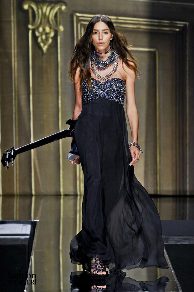 A top brasileira Lea T. abriu e fechou o desfile de Philipp Plein durante a semana de moda de Milão. Esta foi sua primeira aparição nas passarelas europeias desde a cirurgia de redesignação sexual (Foto: Getty Images)